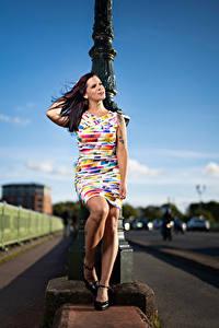 Картинка Позирует Платье Ноги Roxane молодая женщина