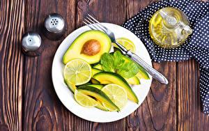 Обои Салаты Авокадо Лимоны Доски Тарелка Вилка столовая Еда