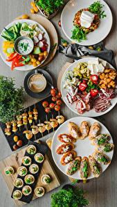 Обои для рабочего стола Салаты Сыры Помидоры Кофе Капучино Бутерброд Креветки Мясные продукты Тарелке Еда