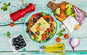 Картинка Салаты Овощи Оливки Лук репчатый Помидоры Сыры Доски Тарелке Разделочной доске Бутылка
