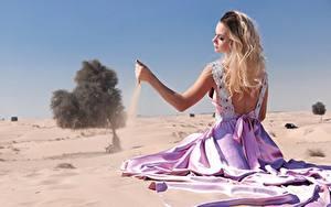 Картинки Песка Блондинки Платья Сидящие Пляжа Рука Девушки