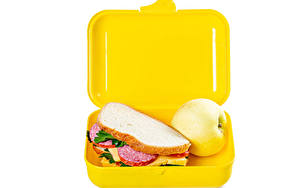 Фото Сэндвич Яблоки Хлеб Колбаса Белым фоном Коробке Продукты питания