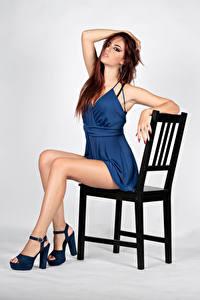 Фотографии Стул Сидит Платье Ноги Взгляд Поза Sara девушка