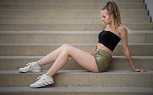 Фотографии Лестницы Сбоку Сидящие Шорты Ноги Кедами Sara молодая женщина