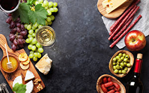 Обои Колбаса Яблоки Оливки Виноград Вино Сыры Орехи Разделочная доска Бокал Еда