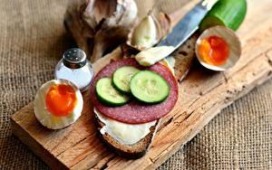 Обои Колбаса Огурцы Хлеб Бутерброд Яйцо Разделочной доске