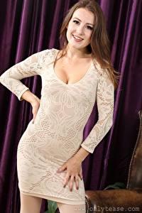Картинка Scarlot Rose Шатенки Смотрят Улыбка Рука Платье молодые женщины