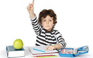 Обои Школьные Пальцы Яблоки Белый фон Мальчишка Книги Карандаши Дети