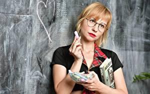 Обои для рабочего стола Школьные Сердечко Блондинки Очков Книги Смотрит Школьница девушка