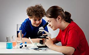 Обои для рабочего стола Школьные Девочка Мальчик 2 Микроскоп ребёнок