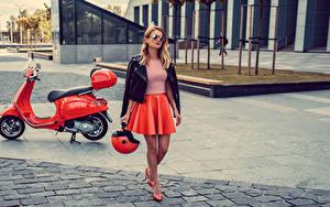 Картинка Мотороллер Блондинка Очках Шлем Юбке молодые женщины