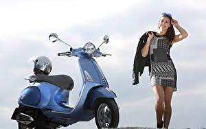 Фотографии Мотороллер В шлеме Vespa Primavera 125 i.e. 3V, 2013–17 мотоцикл Девушки