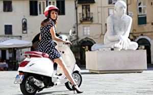 Картинка Мотороллер Белые Шлема Платье Ноги Vespa Primavera 150 i.e. 3V, 2013–17 Мотоциклы Девушки