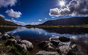 Картинка Шотландия Горы Озеро Камень Облачно Солнце Achallader Природа