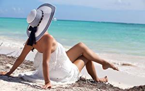 Обои Море Пляж Шляпе Ног Платья Сидящие девушка