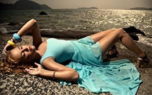 Фото Море Браслет Русых Платья Лежа Рука Ног Красивая девушка