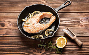Фотография Морепродукты Рыба Лимоны Приправы Доски