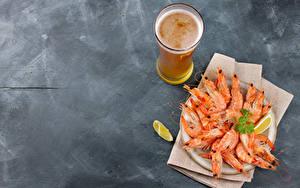 Обои Морепродукты Креветки Пиво Сером фоне Стакан Продукты питания