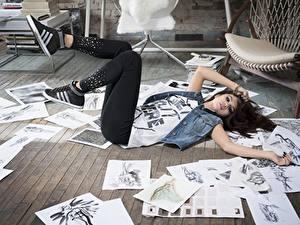 Картинка Селена Гомес Лист бумаги Шатенки Лежа Руки Ноги Знаменитости Девушки