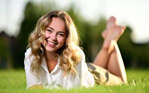 Фотографии Лежа Траве Улыбается Волосы Смотрит Размытый фон Блондинок Selina молодая женщина