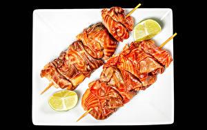 Фото Шашлык Мясные продукты Лайм На черном фоне Тарелка Еда