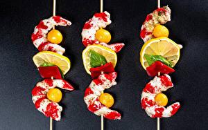 Обои Креветки Лимоны Томаты Сером фоне Трое 3 Еда