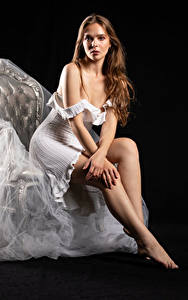 Фотография Silvy Sirius Фотомодель Кресло Сидя Платье Ноги Взгляд Поза Девушки