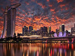 Обои Сингапур Здания Небоскребы Вечер Мосты Небо Заливы Дизайна город