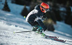 Картинки Лыжный спорт Зимние Снега В шлеме Едущий Мальчик Куртке спортивные