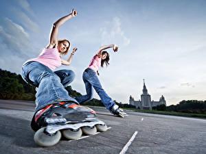 Фотографии Небо Ролики Две Джинсов Ноги Вид снизу молодая женщина