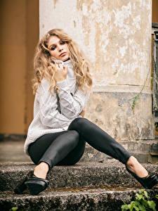 Картинки Блондинки Сидя Ног Свитера Взгляд Sladjana Девушки