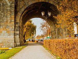 Обои для рабочего стола Словения Осенние Улице Кустов Уличные фонари Арки Maribor Природа