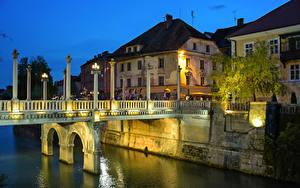 Картинка Словения Любляна Дома Речка Мосты Ночь Уличные фонари Города