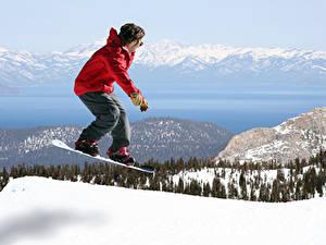 Фотографии Сноуборд Зима Гора Мужчины Снегу Куртка В прыжке Спорт