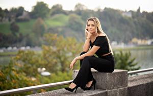 Фотографии Блондинка Сидит Рука Взгляд Sofia молодая женщина