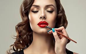 Фотография Лица Мейкап Кисть Красными губами Шатенки Сером фоне Sofia Zhuravets девушка