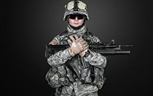 Картинки Солдаты Автомат Черный фон Униформе Перчатки Очках военные