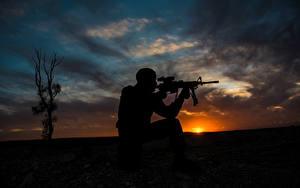 Картинка Солдаты Рассветы и закаты Мужчины Автоматы Небо Силуэт Армия