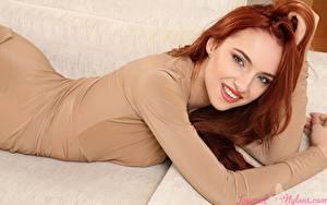 Обои Sophia Blake Рыжие Лежит Смотрит Улыбка Руки молодые женщины