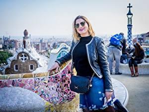 Фото Испания Парки Сумка Барселона Блондинка Очки Улыбка Куртки Туризм Турист Park Guel город