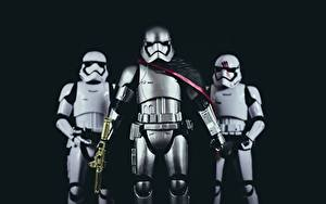 Картинка Звездные войны Солдаты Игрушки Трое 3 Черный фон Доспехи Шлема Кино