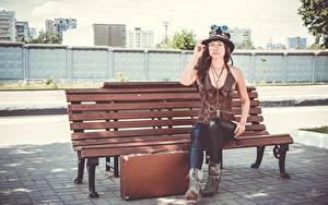 Картинки Стимпанк Скамейка Косплей Чемоданы Шляпа Очков Шатенки Сидит молодая женщина