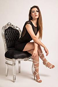 Фото Фотомодель Кресло Сидя Платье Ноги Смотрят Stefania Девушки