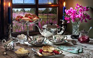 Обои для рабочего стола Натюрморт Антирринум Свечи Чайник Варенье Выпечка Клубника Вазы Чашка Банка Масла Окна Пища Цветы