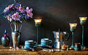 Обои для рабочего стола Натюрморт Букеты Космея Васильки Свечи Чайник Стены Вазы Чашка Продукты питания Цветы