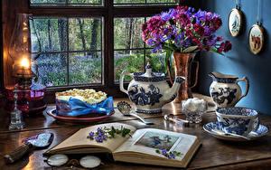 Картинки Натюрморт Букет Керосиновая лампа Торты Книги Чашка Вазы Сахара Окно Продукты питания