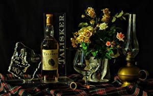 Картинки Натюрморт Букет Роза Керосиновая лампа Черный фон Бутылка Бокалы Еда