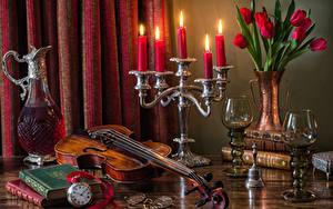 Картинка Натюрморт Букет Тюльпан Свечи Скрипка Часы Вино Кувшин Книги Бокал цветок