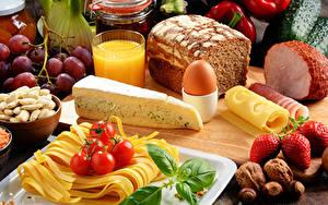 Картинка Натюрморт Хлеб Сыры Сок Ветчина Орехи Томаты Клубника Яйца Еда