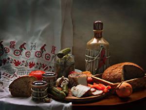 Обои Натюрморт Хлеб Огурцы Лук репчатый Вино Томаты Бутылка Сало Пища